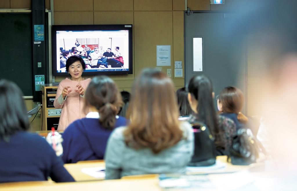 경희대학교 문화예술경영MBA 박신의 교수가 문화예술경영론 수업을 진행하고 있다.